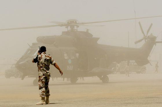 Un helicóptero del Ejército español se dispone a despegar en el aeropuerto de Herat, Afganistán. / Tomas Munita (AP)